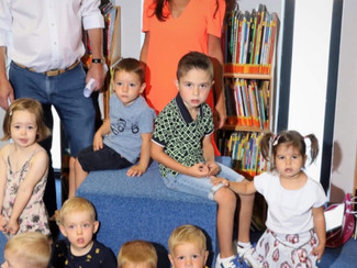 Milan helpt kleuters op weg naar hun eerste schooldag.