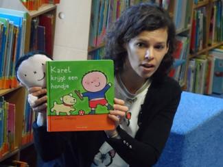 Expo 20 jaar Liesbeth Slegers met kleuterkunstwerken in de bibliotheek