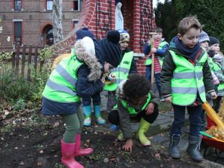 Kleuters verfraaien met tulpenbollen het openbaar domein in Rutten