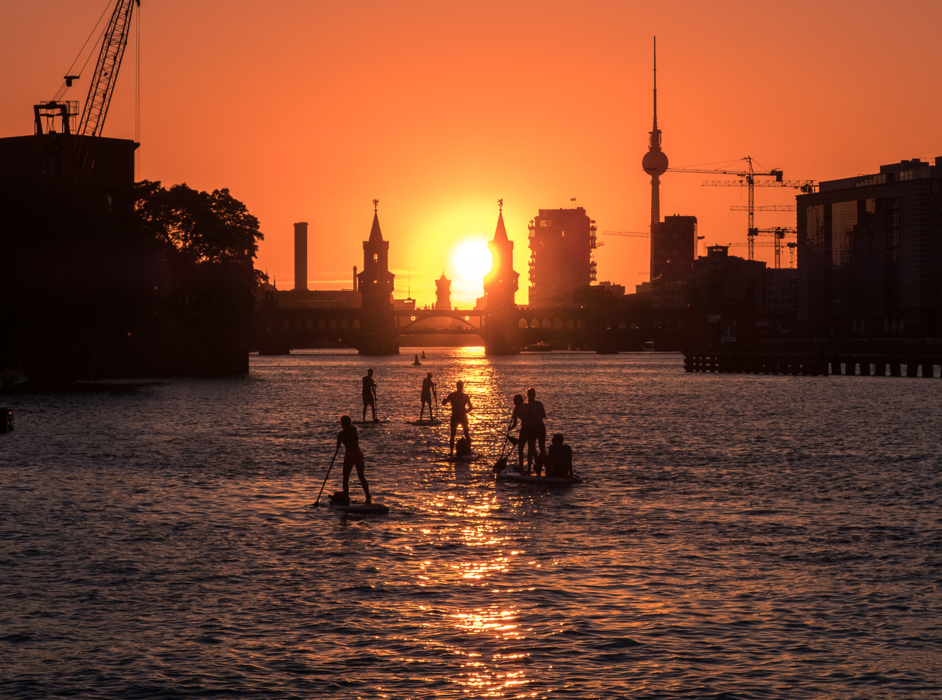 stand-up-paddler-on-river-spree-in-berl