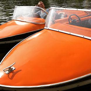 Tretboot-Oldtimer für 3 Personen. Schick wie ein italienisches Schnellboot mit Steuerrad für große Kapitäne! Neidische Blicke garantiert.
