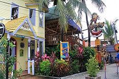 Waves ofArt, ein farbenfroher Souvenirladen in West End, daneben das Kannibal Kaffee
