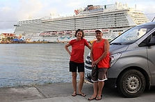Elke und Joerg mit ihrem Auto, im Hintergrund ein Kreuzfahrschiff in Coxen Hole, Roatan