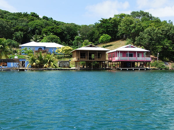 Auf Stelzen gebaute Holzhaeuser, die Inseltypische Bauweise am Wasser, Oakridge, Roatan