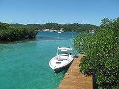 Ein Boot liegt am Steg angebunden auf der Insel Little French Key auf Roatan