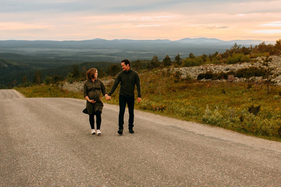 odotuskuvaus perheen kanssa lappi valokuvaaja Tiia Juutinen.jpg