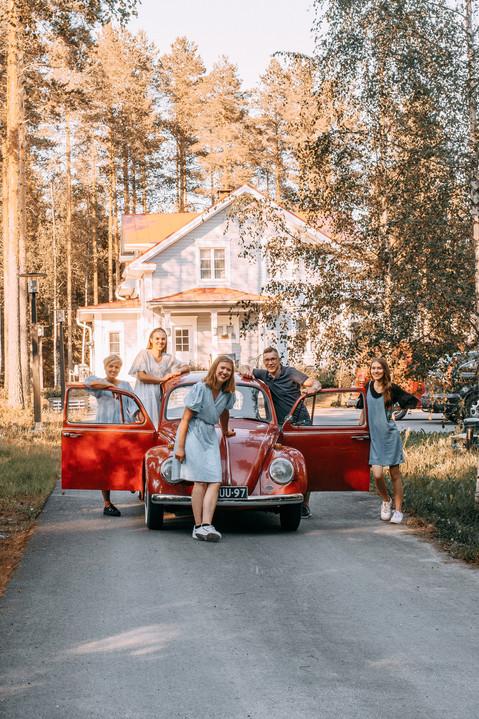 perhekuvaus kodin pihassa valokuvaaja Tiia Juutinen Oulu 1.jpg
