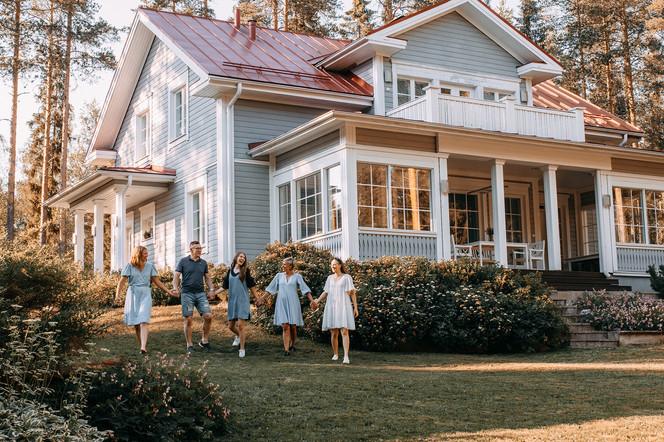 perhekuvaus kodin pihassa valokuvaaja Tiia Juutinen Oulu 3.jpg