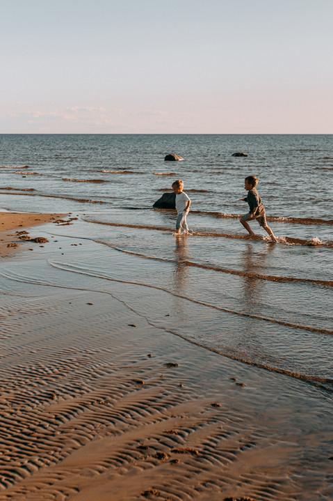 perhekuvaus rannalla Oulu Hailuoto Valokuvaaja Tiia Juutinen 8.jpg
