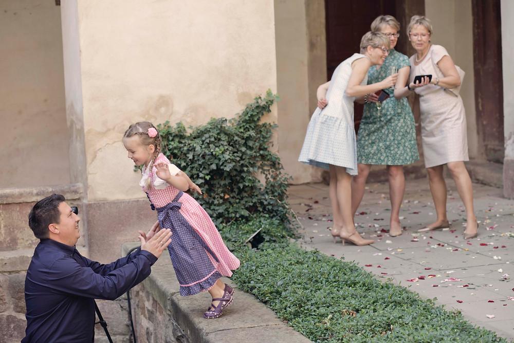 Gäste bei natürlicher Hochzeitsfotos in Leipzig