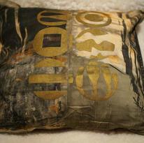 Handtryckt kudde på bomull, framsida