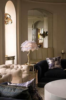 Lampe plumes d'autruche sur meuble