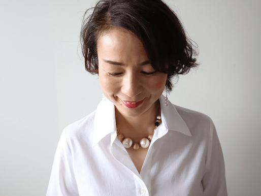 意外と難しい?衿元の開き具合で見た目の印象を変えカリスマ性をUP!by白シャツ