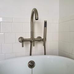 Wallmounted tub filler