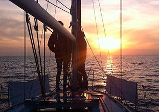 Puesta de sol en velero compartido en Palma de Mallorca