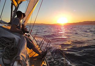 Puesta de sol en velero en exclusiva en Portocolom. Atardecer Romántico