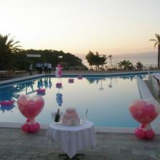 Γεμιστά μπαλόνια καρδιές και λουλούδια σε πισίνα