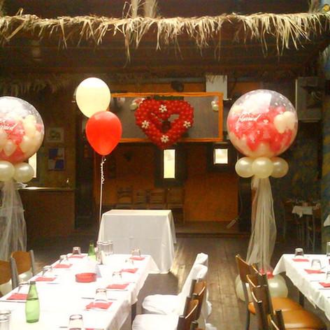 γεμιστά μπαλόνια με τούλι και καρδιά τοίχου