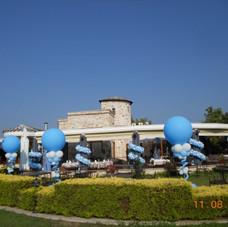 στήλες με μεγάλα μπαλόνια και γιρλάντες στις κολώνες