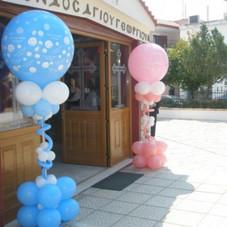 στήλες με μεγάλα μπαλόνια