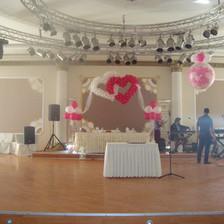 Στολισμός πίστας με καρδιές και γεμιστό μπαλόνι