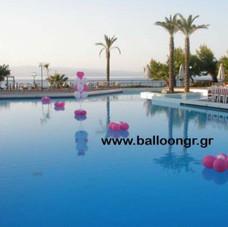 μαργαρίτες σε πισίνα και μπουκέτο μπαλονιών