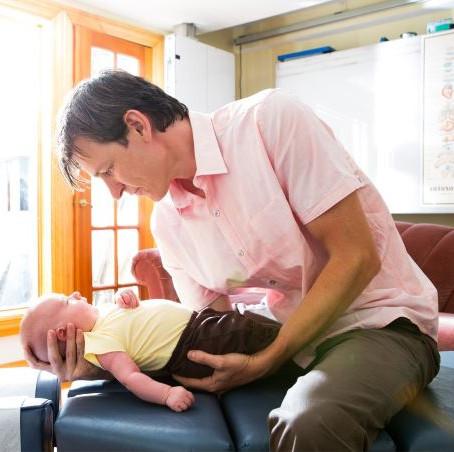 ¿Por qué la atención quiropráctica para el bebé?