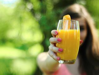 健康的なイメージのジュースやスムージー、半数近くが糖類多すぎ❓