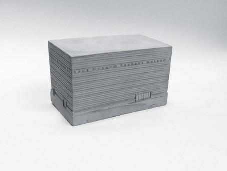 Eine Beton-Miniatur des Bauhaus Museum Weimar