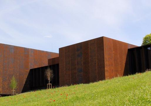 Le musée Soulages, quand l'artiste se met en scène