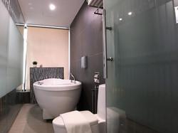 Deluxe Suites Room En-Suite Bathroom