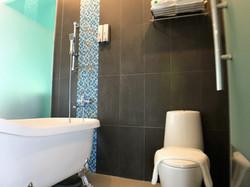 Deluxe King Room En-Suite Bathroom