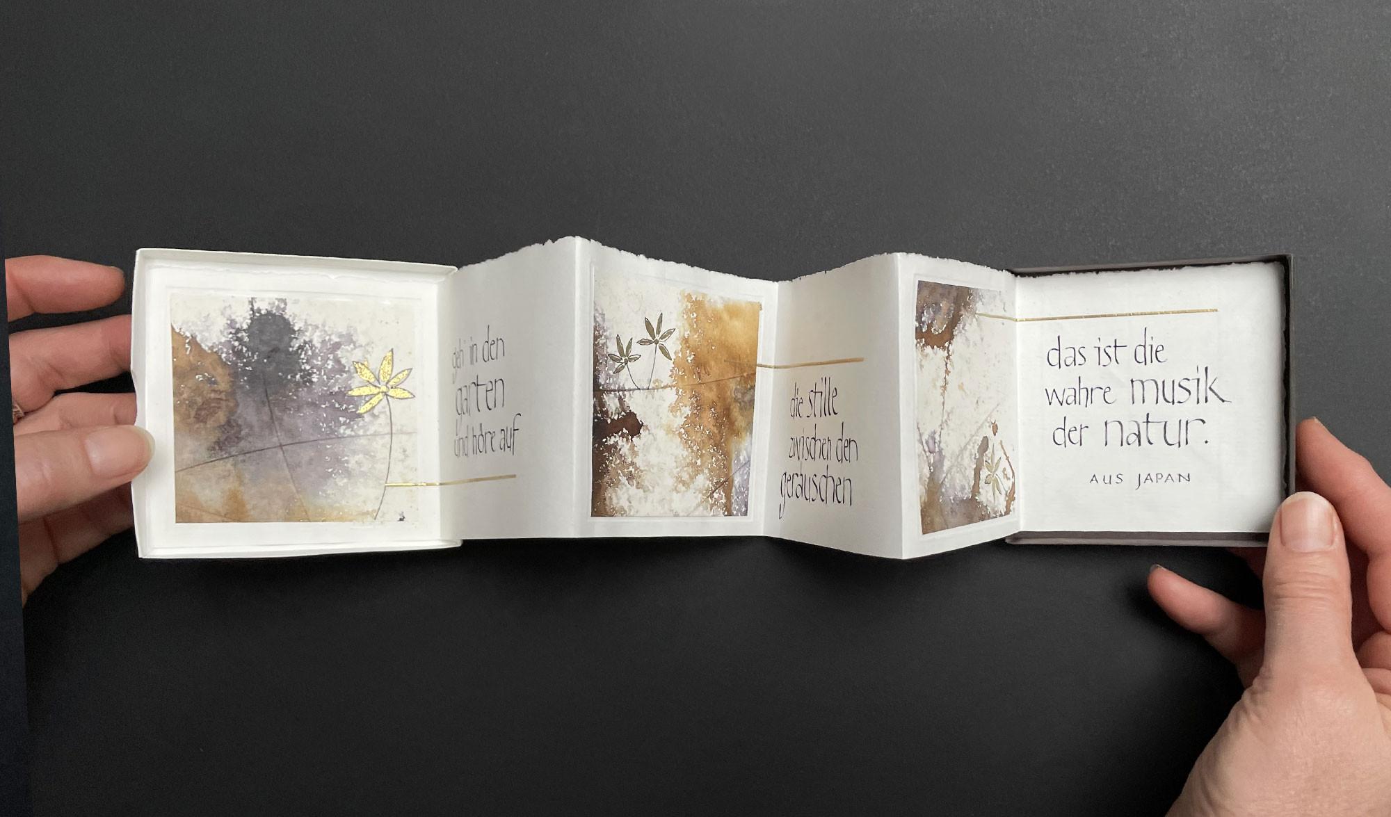 Leporellobox mit Kalligraphie
