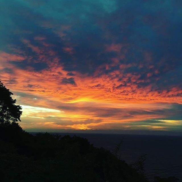ライブで素敵な月夜を見せてくれた翌朝にはこの表情。アメージング。来年までにはテントを設営してこの景色を見てもらいたいなぁ。_#awajiisland #淡路島 #パタジェウミソラ#夜明け