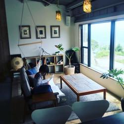 GW初日。悪天候の中、洋書を眺めるオシャレ小5女子。トライアルオープンお客様第1号。__#パタジェウミソラ #awajiisland #淡路島