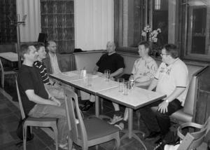 Heinäkuun keskustelutlaisuuteen osallistujia ravintola Elielissä