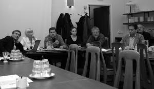 Tilaisuuden puhujat vasemmalta oikealle: Pasi Malmi, Aune Flinck, Jukka Relander, Venla Salmi, Juhani Iivari, Kari Uotila, Hannu T. Sepponen