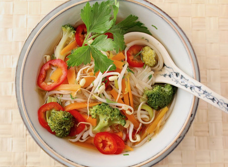 Miso-Suppe mit Reisnudeln und Gemüse