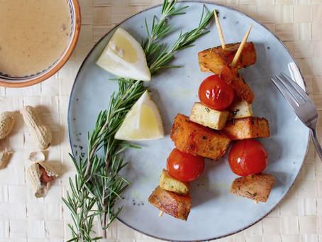 Süßkartoffel-Spieße mit Erdnuss-Sauce