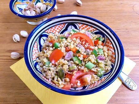 Linsen-Bulgur mit Salatgemüse und Pistazien