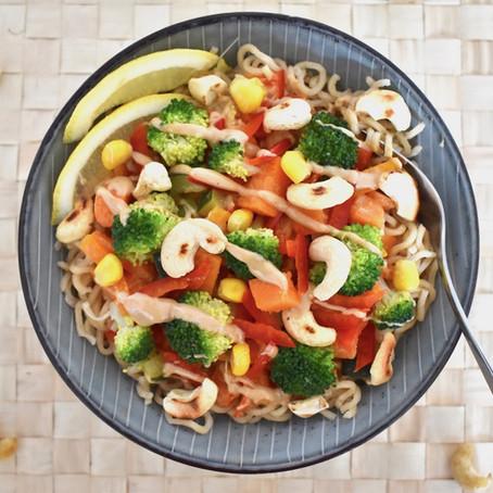 Mie-Nuden mit Gemüse in Cashew-Sauce