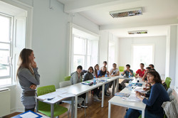 Maestra con estudiantes