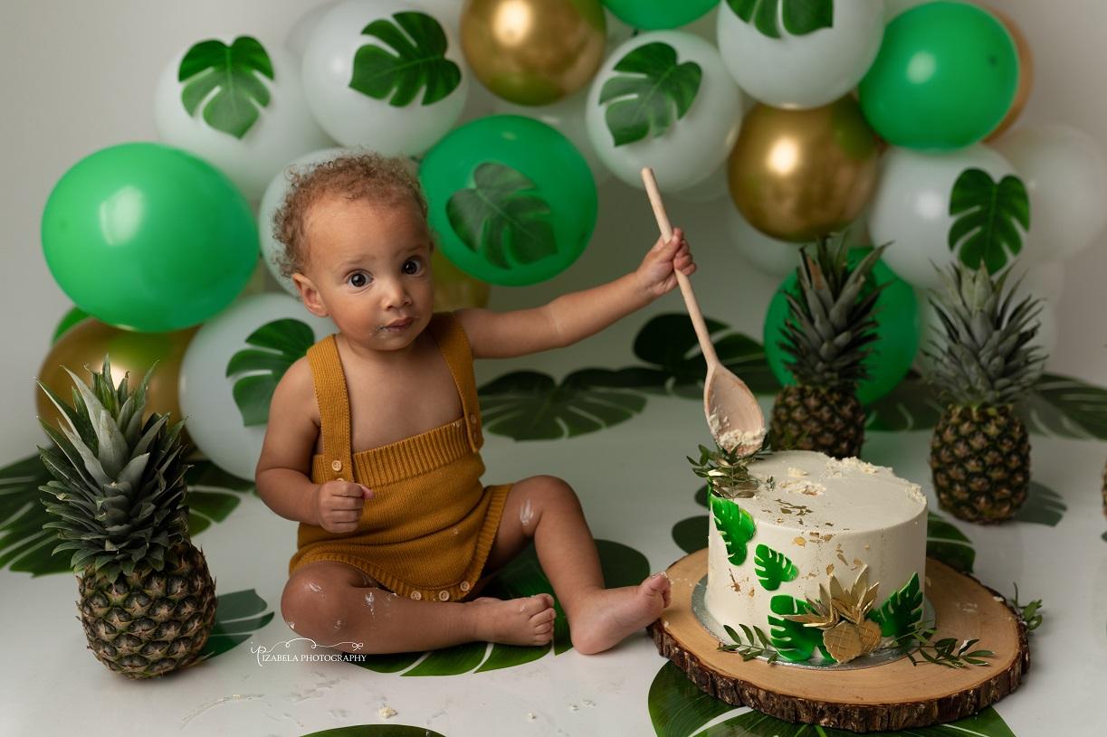 smash cake photo in milton keyens