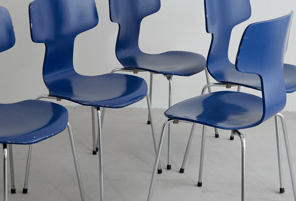 x5 Arne Jacobssen. T-chair in blue. Fritz Hansen. 1980s