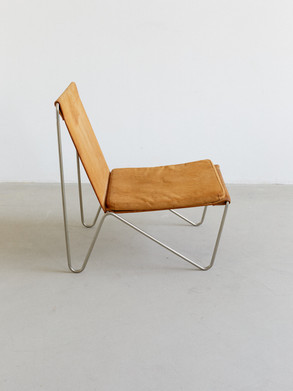 Verner panton Bachelor chair Lightweight steel tube chair featuring a seat and backrest in suede with separable flat cushion. Designed for Fritz hansen 1955 by Verner panton. Dimentions: 52 x 68 x 74,5