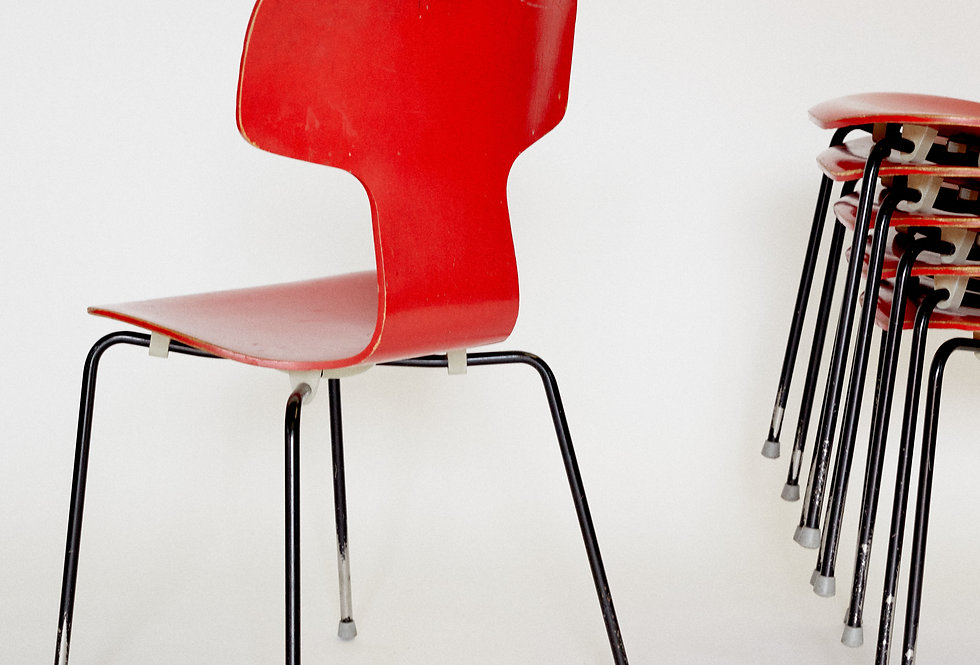 x6 Arne Jacobssen. T-chair in red. Fritz Hansen. 1970s