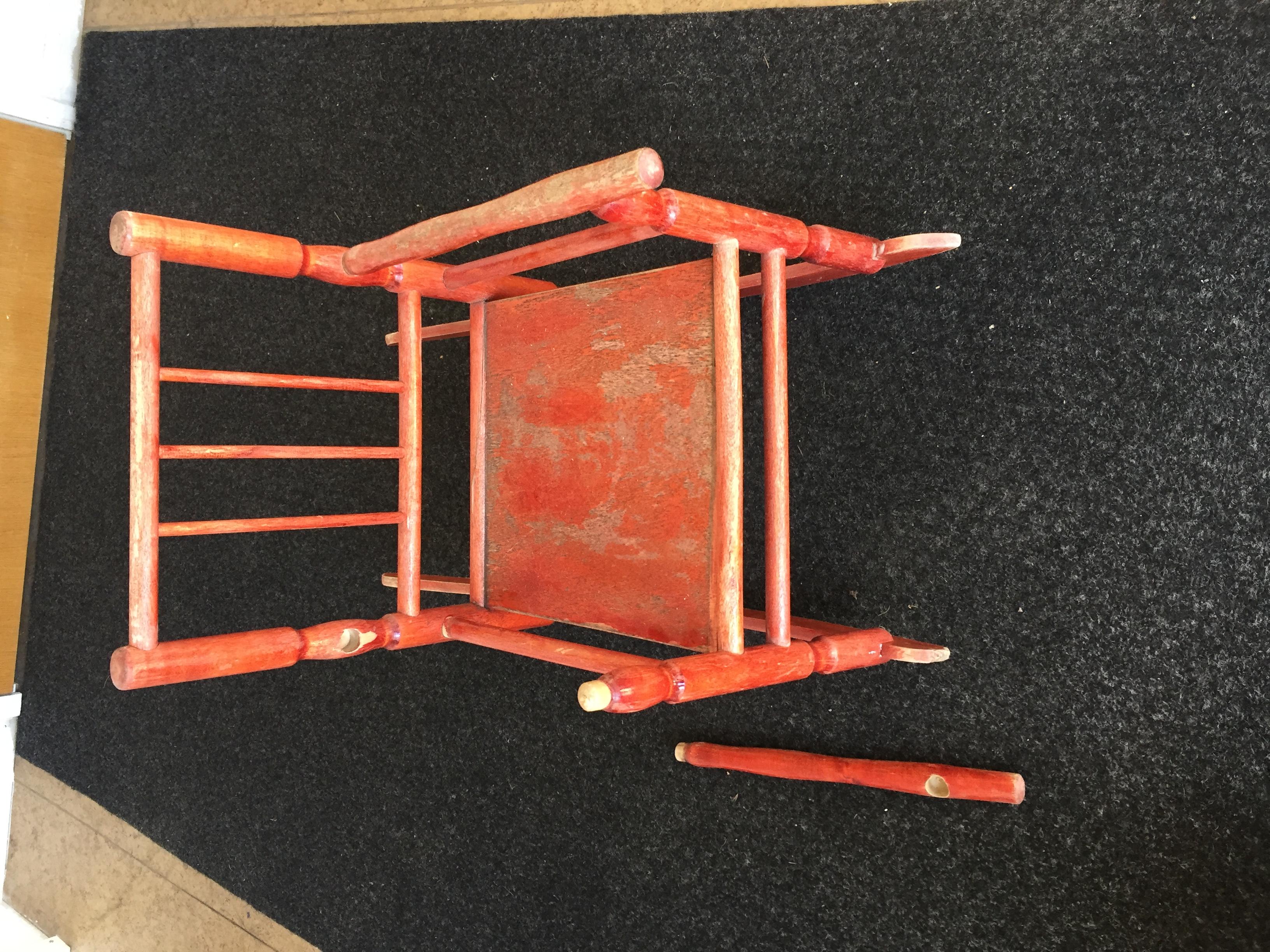 Lasten keinutuolin liitoksien uudelleen liimaus ja tuolin maalaus.