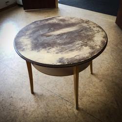 Pyöreästä pöydästä poistettiin vanha maali ja pinta lakattiin.