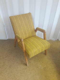 Tuolin verhoilu ja pintakäsittely uusittiin. Verhoilun suoritti verhoomo Wanhan Vaalija.