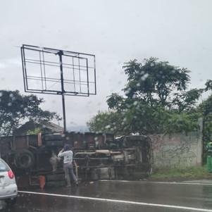 Volcamiento de un camión en San Antonio ECU 911 coordinó atención con instituciones de socorro
